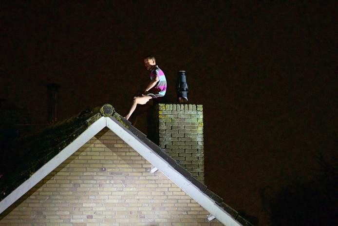 Een verward persoon heeft zich verschanst op het dak. Het duurde twee uur voordat hulpdiensten hem veilig weer op de grond hadden.