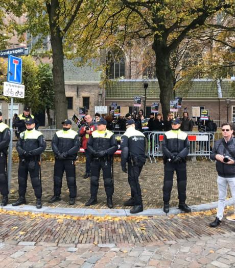 Kick Out Zwarte Piet demonstreert bij intocht in Dordrecht, veel politie op straat