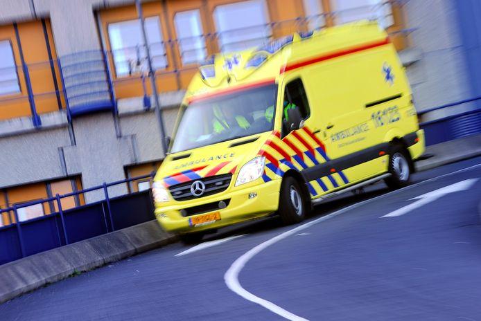 Beeld ter illustratie: Ambulances moeten soms rondjes rijden omdat ze de coronapatiënten niet kwijt kunnen.