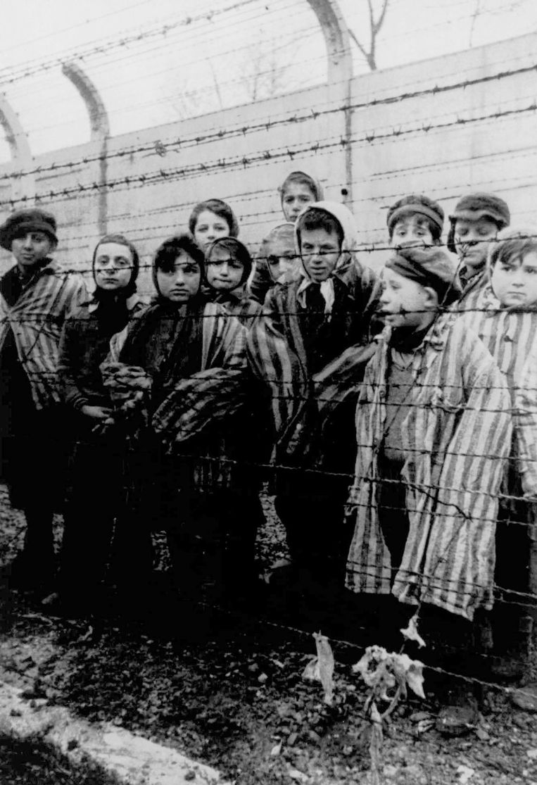 Kinderen in het concentratiekamp Auschwitz, dicht bij de Poolse stad Krakau, in april 1945.