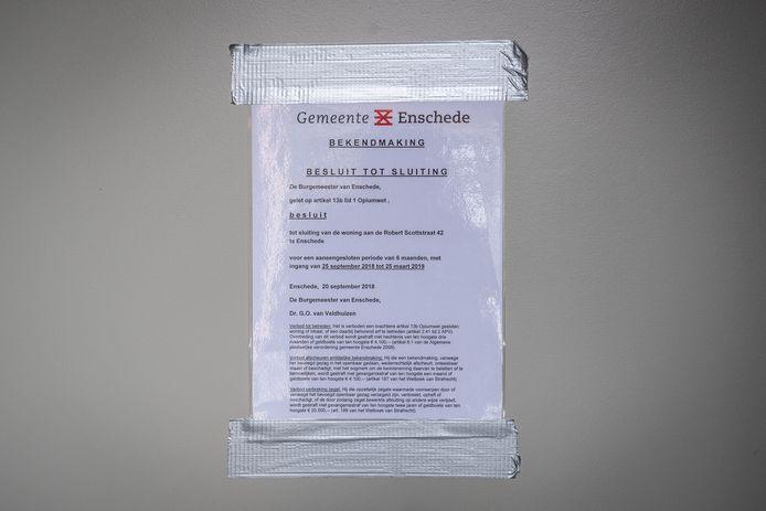 Ter illustratie, een bericht van de politie en gemeente op een gesloten drugspand in Enschede.