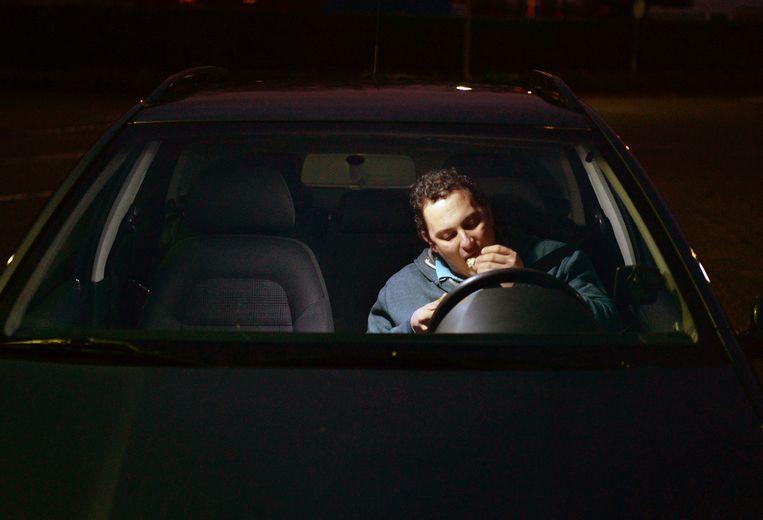 Kai Ruiters eet een paar keer per maand bij de McDrive van Tiel. Bij hem gebeurt dat steevast op de terugweg van werk naar thuis. Beeld Marcel van den Bergh