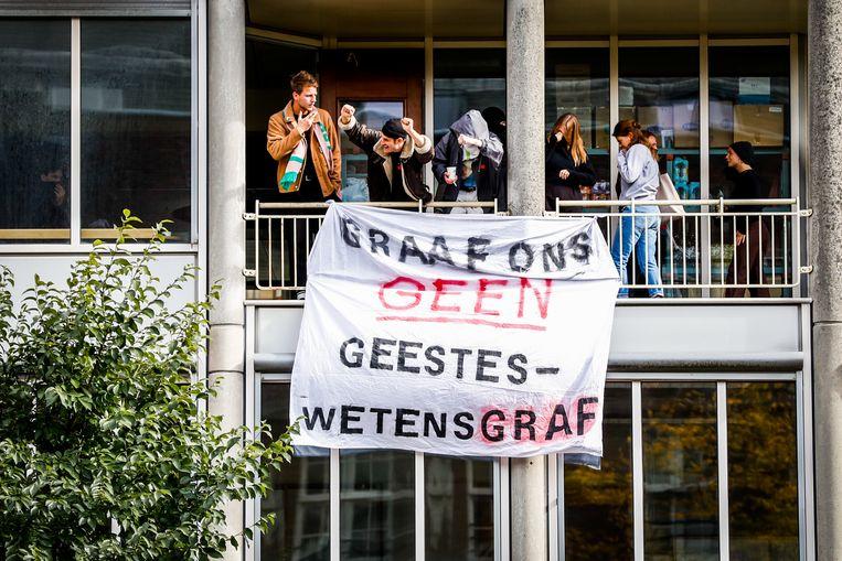 Studenten prostesteren tegen bezuinigingen op het hoger onderwijs tijdens de bezetting van het P.C. Hoofthuis. Beeld ANP/Koen van Weel