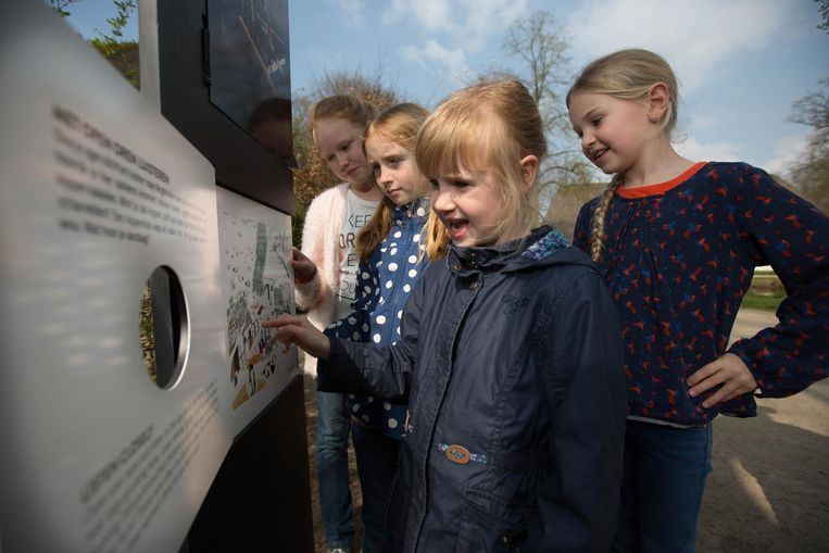 Jonge bezoekers bekijken enthousiast de erfgoedpanelen op het domein.