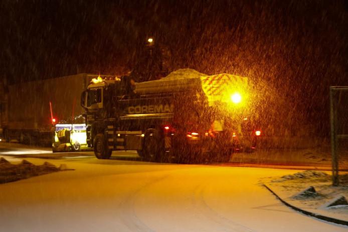 Sneeuw op de A27 bij Oosterhout