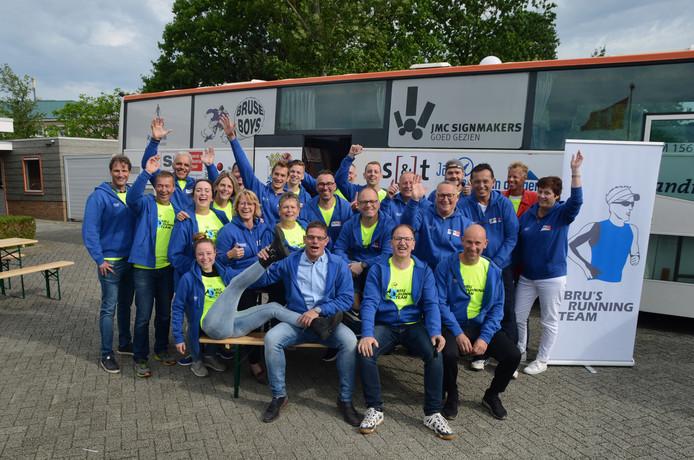 Het Roparun team Bru klaar voor vertrek bij het hospice in Zierikzee.