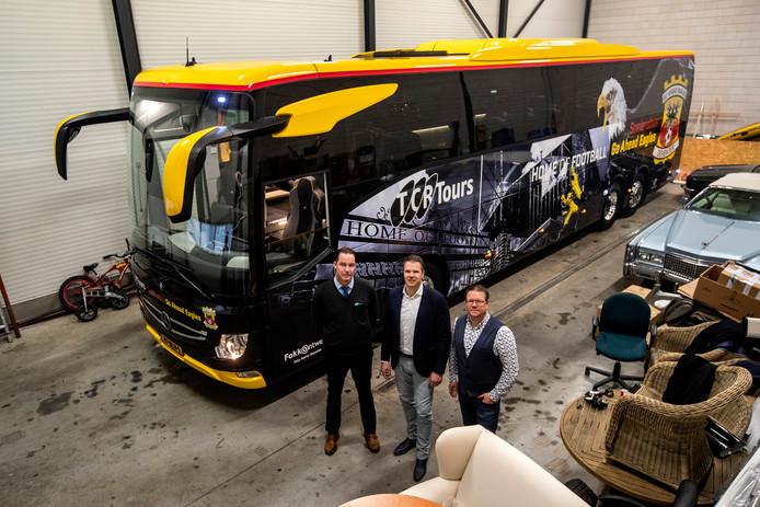 De nieuwe spelersbus van Go Ahead Eagles. Donderdag nog verstopt achterop het industrieterrein van Raalte, Zondag onderweg naar Den Bosch.