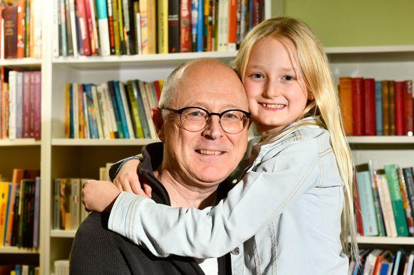 Opa Johan Strobbe (61) en zijn kleindochter Floor (8).