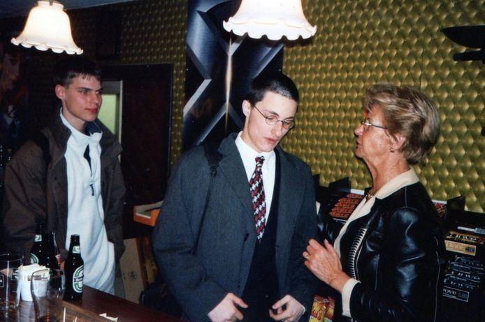 Gerry Heemskerk (rechts) deed alles in het City Theater Woerden. Ze was de eigenares, verkocht de kaartjes en stond achter de bar.