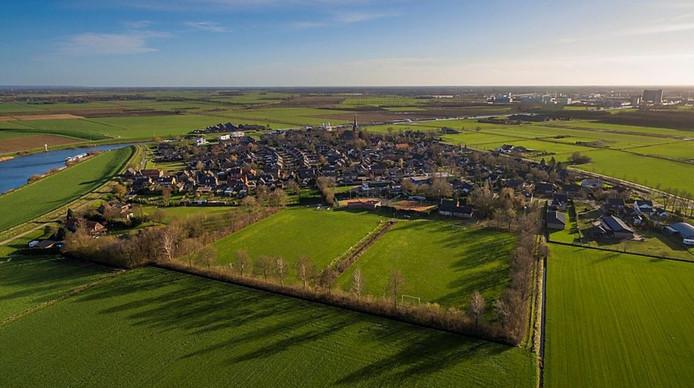 Het overbodig geworden voetbalterrein van voorheen VV Macharen aan de rand van het dorp.