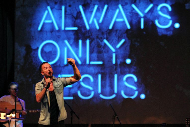 Pastoor Carl Lentz leidt een Hillsong-kerkdienst in New York.