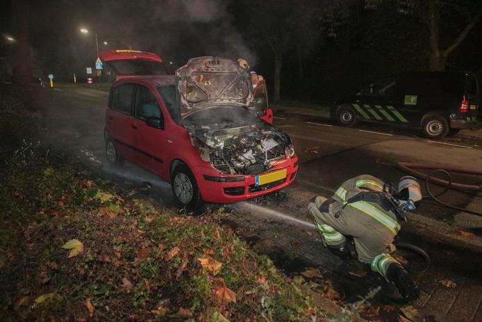 De brandweer kon het vuur snel doven, de auto was op dat moment al zwaar beschadigd geraakt.