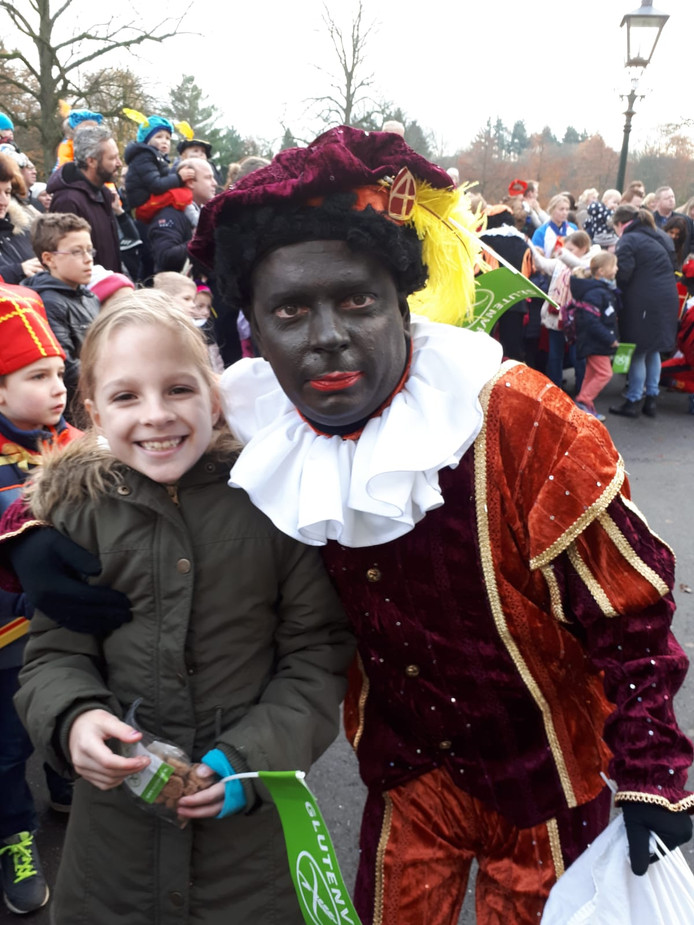 Glutenvrije Piet Winfred Coenraats is te herkennen aan zijn groene vlaggetjes met 'Glutenvrij' erop. Hier met dochter Eva (10), die enkel glutenvrij kan eten.