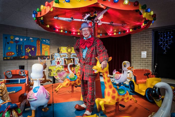 Clown Kwibus ( Theo van Grinsven) moet vertrekken uit zijn eigen kinderpretparadijs in Groesbeek.  Voor de liefhebbers: de draaimolen is te koop.