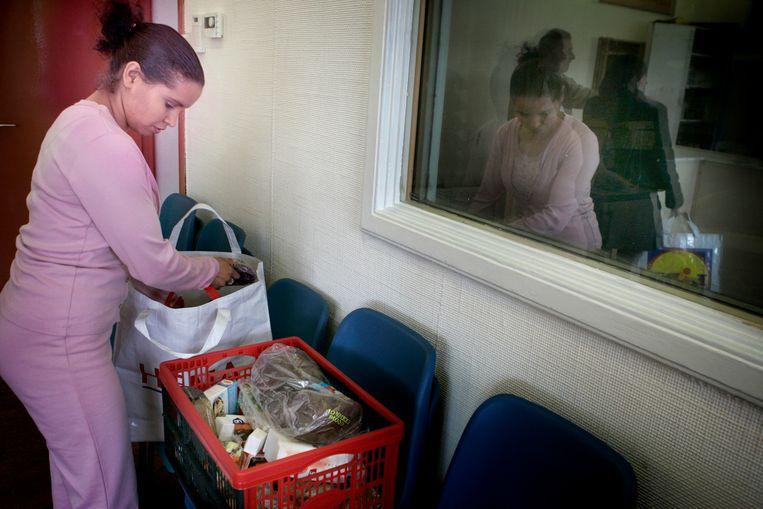 Voedselpakketten worden uitgedeeld bij de Voedselbank. Beeld ANP