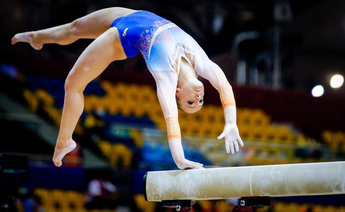 Sanne Wevers in actie op de balk tijdens de kwalificatie voor de wereldkampioenschappen turnen in Doha , Qatar.
