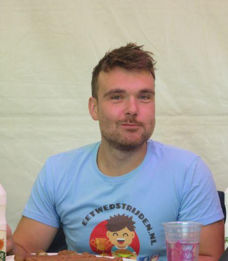 Kampioen! Rik eet 21,5 frikandellen in een uur in Mierlo: 'Met mayo, want dat schuift beter'