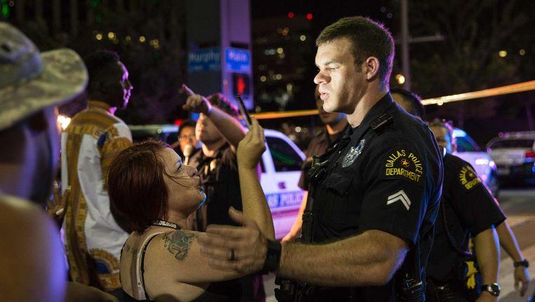 De politie probeert een menigte te kalmeren nadat er een arrestatie is verricht na de schietpartij in Dallas. Beeld afp
