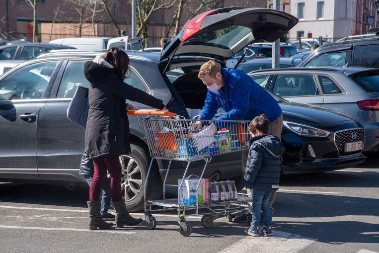 Met het gezin winkelen op zaterdag in Colruyt Ledeberg. Maar het blijft een uitzondering. De meeste mensen komen alleen.