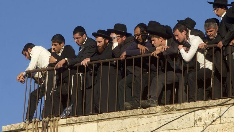 De populaire extreem-orthodoxe rabijn werd gisteren in Jeruzalem onder massale belangstelling begraven Beeld afp