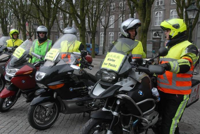 Om alles in goede banen te leiden wordt de toertocht over circa 150 kilometer begeleid door motards.