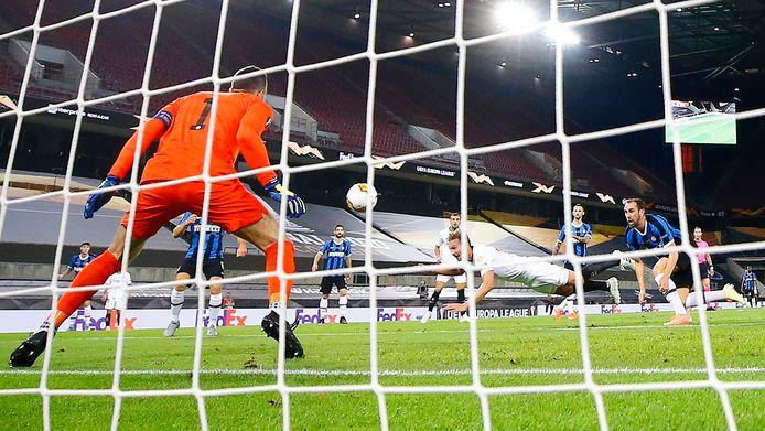 Luuk de Jong met de gelijkmaker. Met een snoekduik kopt hij de 1-1 achter Samir Handanovic van Inter.
