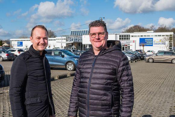 Medezaakvoerders Nico Scheers en Rob Thora op de parking tegenover de huidige winkel van De Kinderplaneet, waar het nieuwe gebouw ten vroegste in 2020 zal verrijzen.