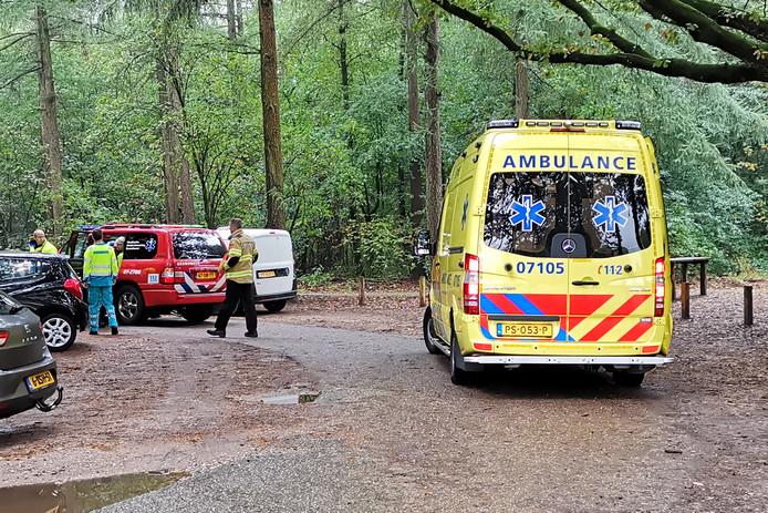 De hulpverlening is paraat op de Ederheide om de gewonde mountainbiker te redden.