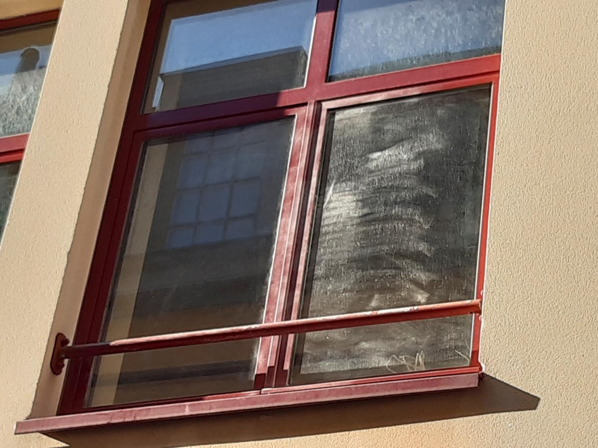 Restanten van sporenonderzoek op het raam.