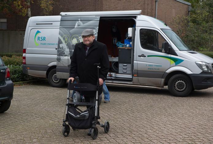 Jelle Berends vertrekt bij de RSR-bus en laat zijn scootmobiel achter. Hij is helemaal klaar met het gedoe rond zijn scootmobiel.