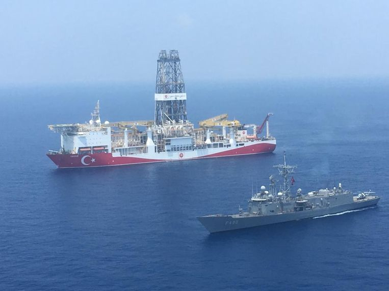 Een Turks oorlogschip naast een ander Turks boorschip op weg naar Cyprus in juli vorig jaar.