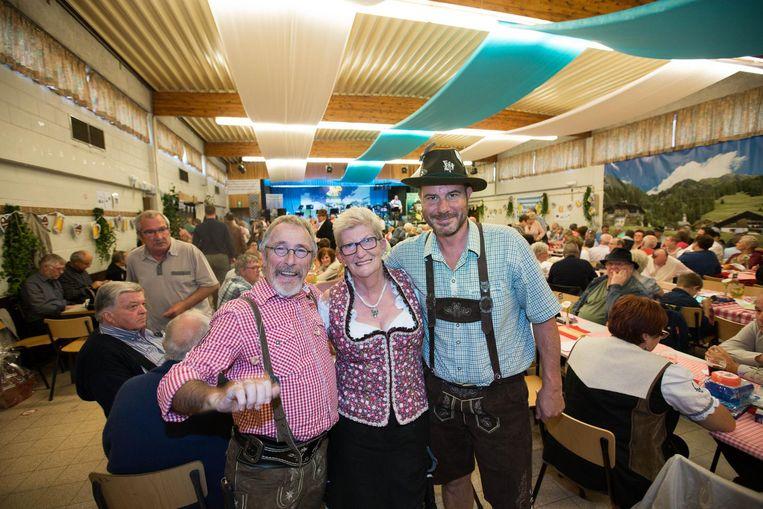 Deze feestvierders zijn uitgedost in de authentieke Tirolerkledij.