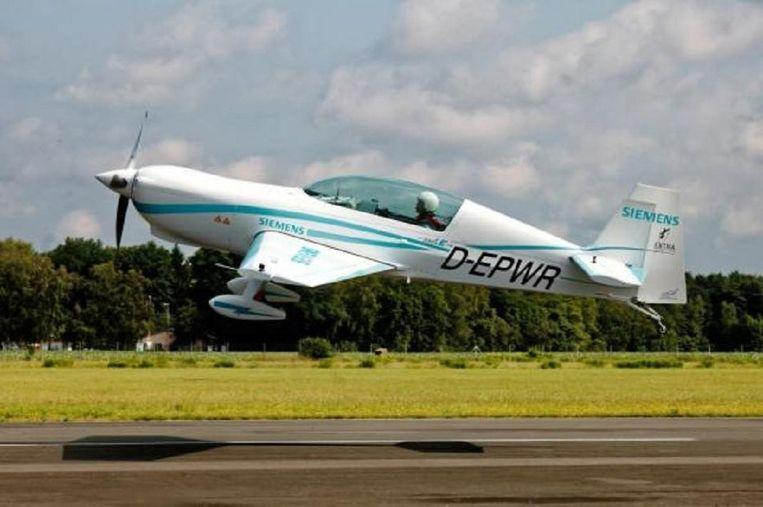 Een Extra 330 LE sportvliegtuigje met een Siemens elektromotor tijdens een geslaagde testvlucht. Beeld Siemens