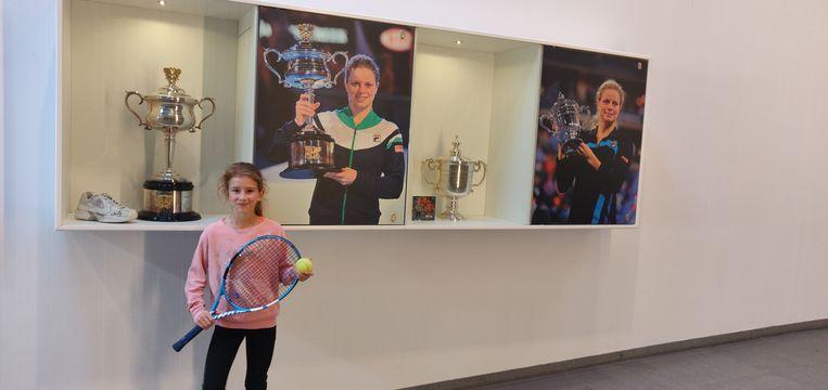 """Artémise (9) bij de prijzenkast van Kim Clijsters: """"Ik ben beginnen tennissen dankzij haar."""""""