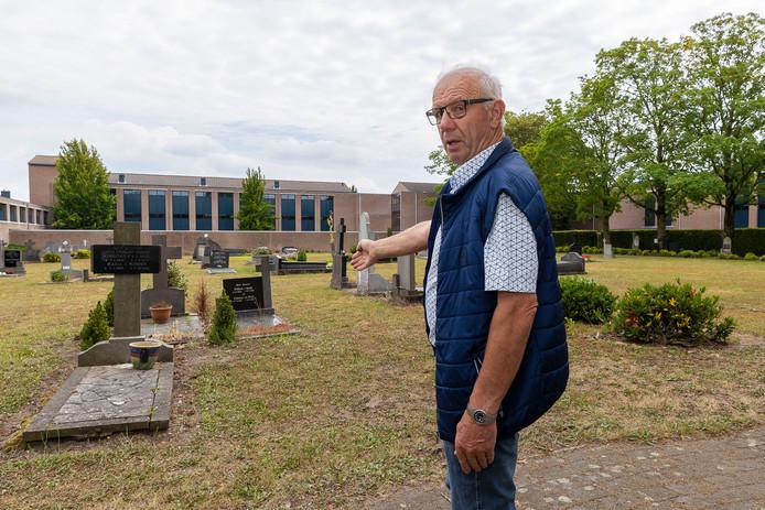 Piet Jonkers geeft aan hoe de bomenrij straks over de begraafplaats gaat lopen.