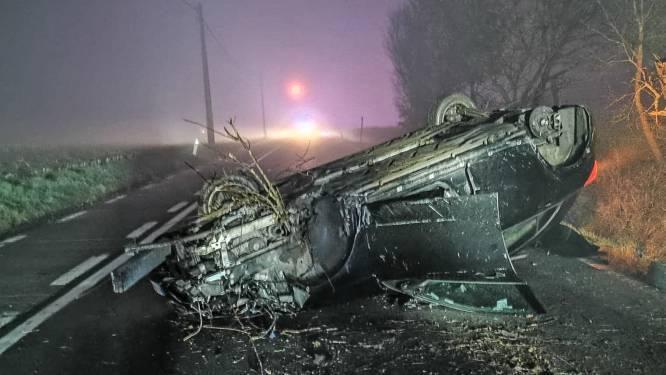 Auto over de kop in Opbrakel: bestuurder (24) komt er met de schrik vanaf