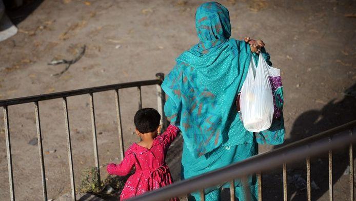 Een Pakistaanse vrouw met haar kind in Islambad. Archieffoto.