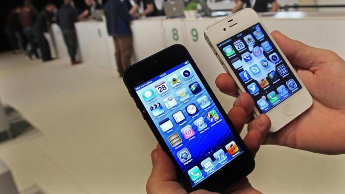 Links een iPhone 5, rechts een iPhone 4.