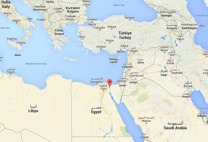 Het Suezkanaal loopt door Egypte en vormt een verbinding tussen de Middellandse zee en de Rode Zee