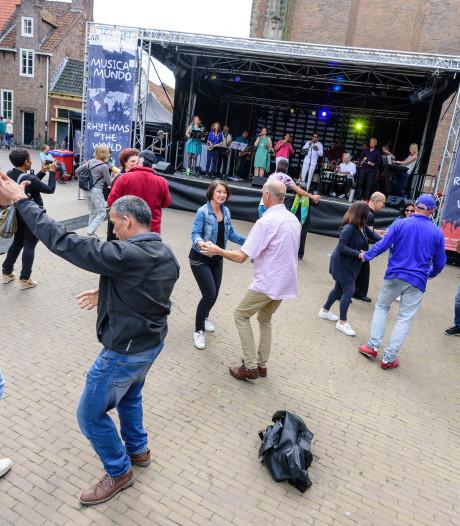 Bezoekers Musica Mundo gooien heupen los op het Lieve Vrouwekerkhof