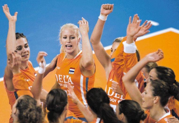 Kim Staelens (tweede van links) maakte dinsdag haar rentree in het Nederlands volleybalteam tegen Cuba. (FOTO ROBIN VAN LONKHUIJSEN, ANP) Beeld ANP