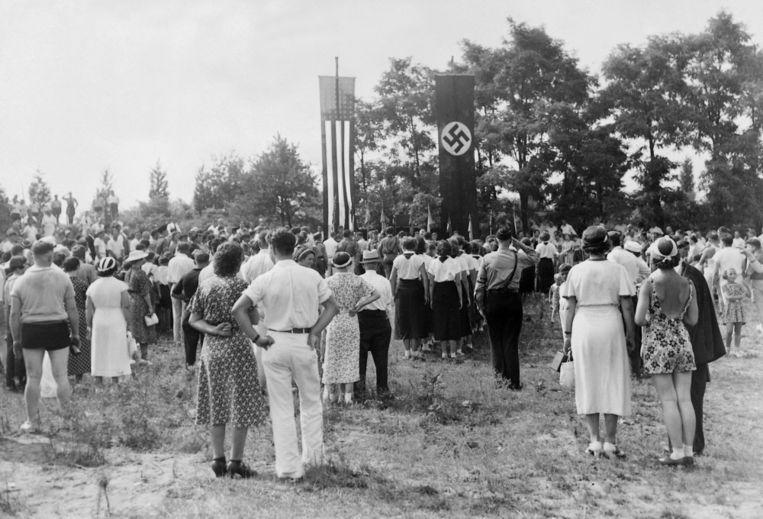 Amerikaans-Duitse bijeenkomst ter nagedachtenis van de sterfdag van Rijkspresident Paul von Hindenburg in kamp Siegfried bij Yaphank in 1937. Beeld Süddeutsche Zeitung Photo