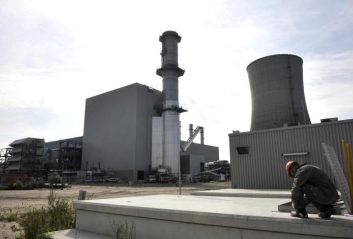 Links de nieuwe energiecentrale Moerdijk 2. Rechts de immens grote koeltoren van Moerdijk 1.