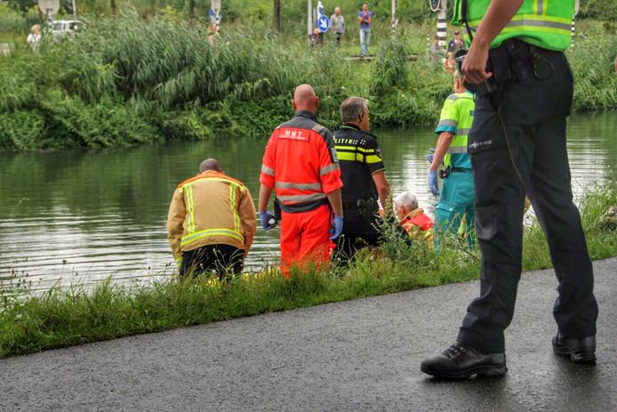 Auto met een persoon te water in Helmond.