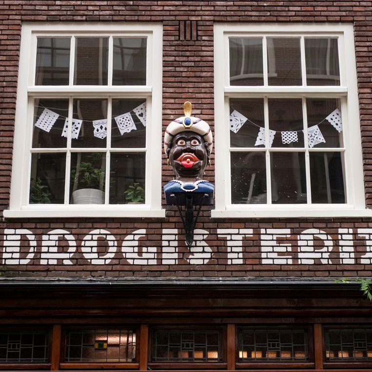 De gaper boven drogisterij Het Heertje in de Amsterdamse binnenstad. Het beeld wordt weggehaald naar aanleiding van een 'twitterstorm'. 'Er is geen steen door de ruit gegaan, maar het voelde niet goed, die negatieve sfeer', aldus de eigenaar. Beeld Eva Faché