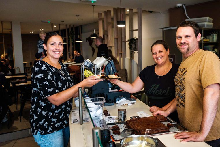 Gratis chocoladefondue tijdens openingsweekend van Quetzal. Zaakvoerders Gitte Hofman en Wim Hofkens overhandigen een fondue aan Nathalie.