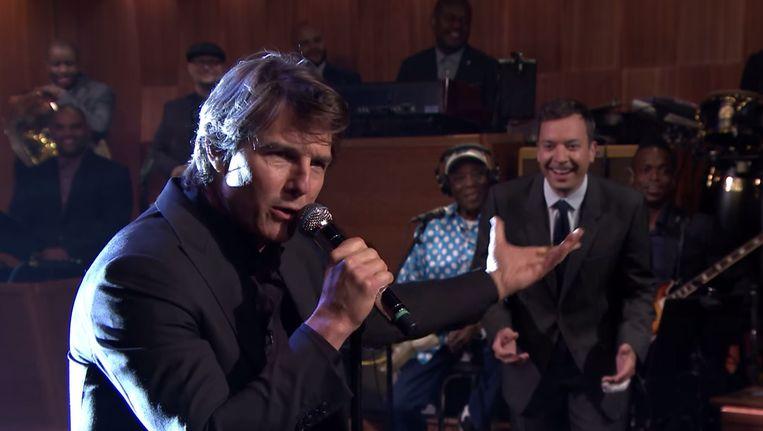 Tom Cruise doet The Weeknd, op de achtergrond Jimmy Fallon. Beeld The Tonight Show