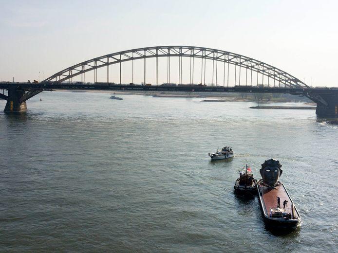 De Waalbrug gepasseerd.