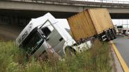Vrachtwagen belandt in de gracht langs E34, chauffeur lichtgewond
