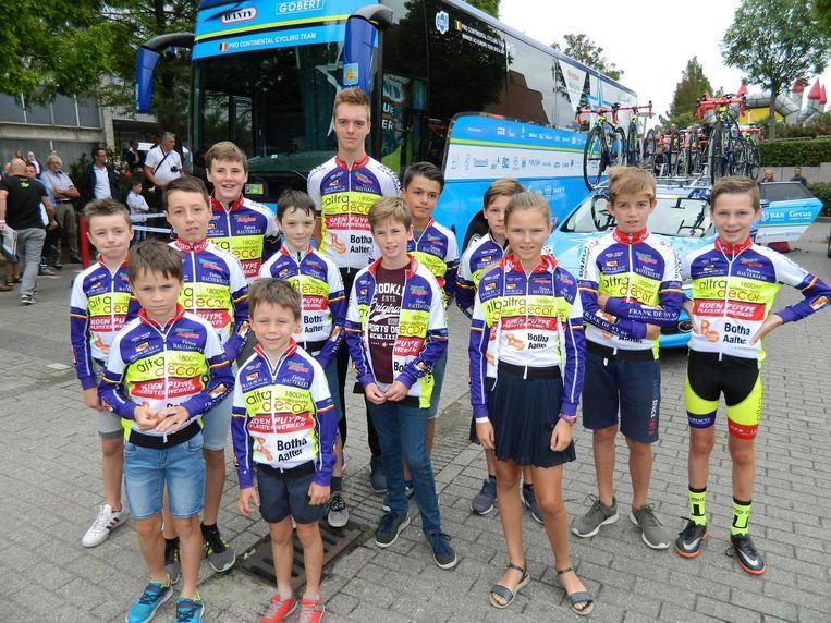 De BinckBank Tour in Aalter is een hoogdag voor jonge wielerfans. Zo gingen de renners van KVC Meetjesland uit Knesselare vorig jaar op ontdekking tussen de ploegbussen.
